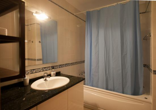 Ericeira Chill Hill Hostel & Private Rooms: Shatred bathroom: Turquoise Ocean & Violet Dreams