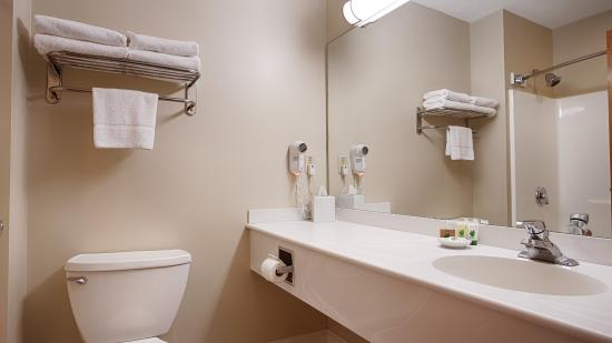 Best Western Plus Cold Spring: Guest room bathroom