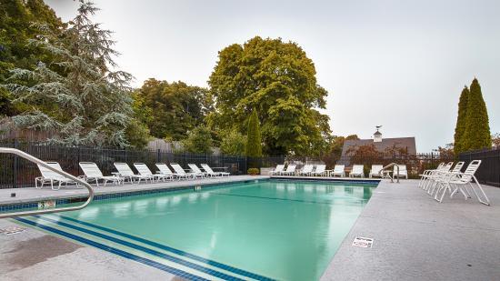 Best Western Plus Cold Spring: Seasonal heated outdoor pool
