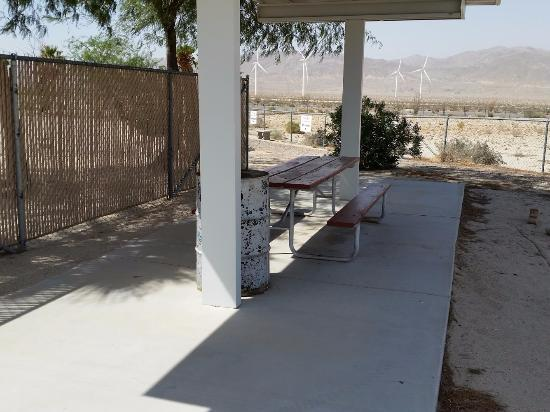 Ocotillo, Kalifornien: Shaded picnic table with bbq