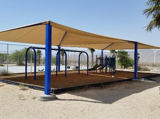 Ocotillo, Kalifornien: Shaded playground equipment
