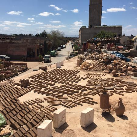 Ateliers d'Ailleurs : Pottery drying on the roof