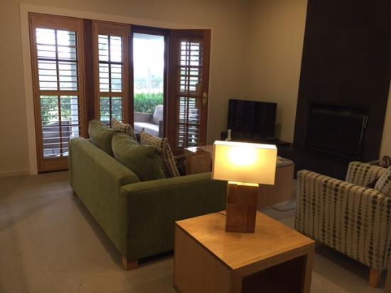 Spicers Vineyards Estate: Sala com lareira, nossa suite.