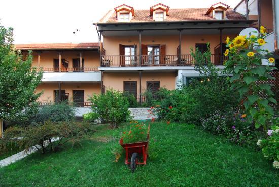 Elati, Grecia: Αυλή πίσω όψης ξενοδοχείου