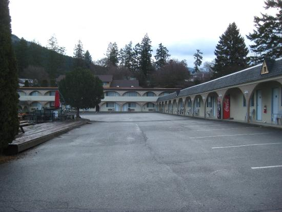 Creston, Canada: Large, well-kept parking area.