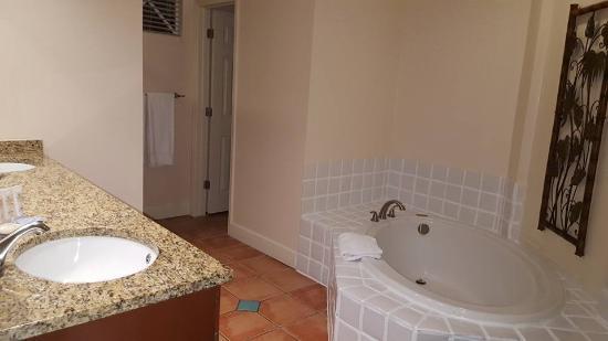 Grande Villas Resort: Bathroom entrance view from bedroom
