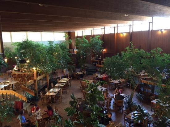 Fireside Inn & Suites: Garden Atrium resteraunt just outside lobby