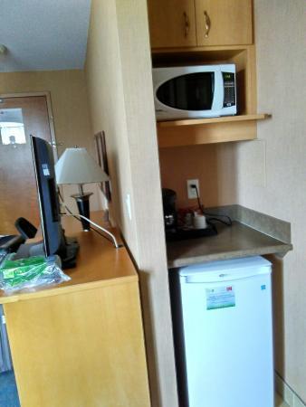 Econo Lodge Inn & Suites University: Suíte no 5 andar. A do segundo andar é mais espaçosa, mas essa é maior. Tem mais armário e a coz