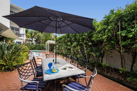 Rimini Holiday Apartments: The gardens and picnic area at Rimini by day