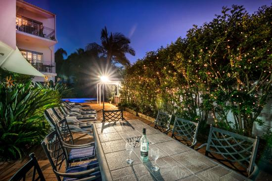 Rimini Holiday Apartments: The gardens and picnic area at Rimini at night