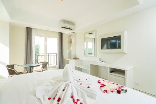 Alron Hotel: Deluxe Balcony honeymoon set up