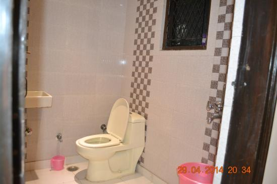 Hostel The Spot Inn: Bathroom With Modern Structure And Basic Necessities