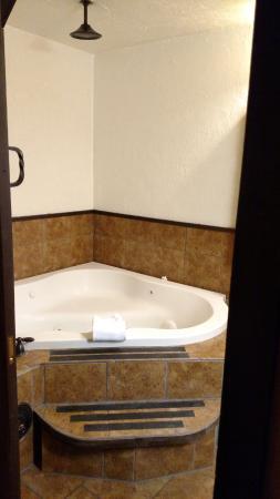 Drover's Inn: Whirlpool and shower overhead - Hacienda Suite