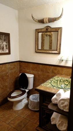 Drover's Inn: Bathroom - Hacienda Suite