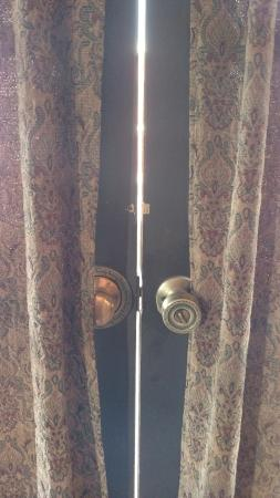 Drover's Inn: Other door, no way to lock (it's broken anyway) and large gap.