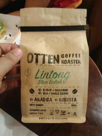 Otten Coffee: Ini paket biji kopi yang ditawarkan di sana. Saya pilih khas sumatera