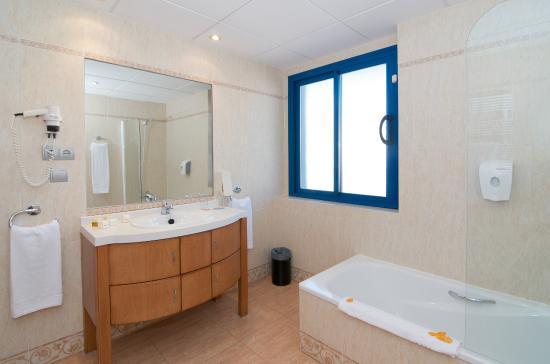 MedPlaya Piramide Salou : Baño Habitación Premium