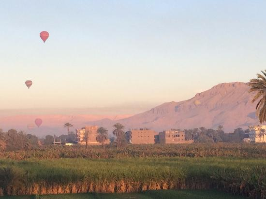 El Fayrouz: view of Theban Mountains and hot air balloons in early morning