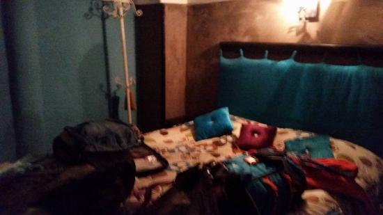Lalla Mira Hotel-Restaurant-Hammam: O quarto de casal no cimo, já tinha as nossas malas em cima da cama