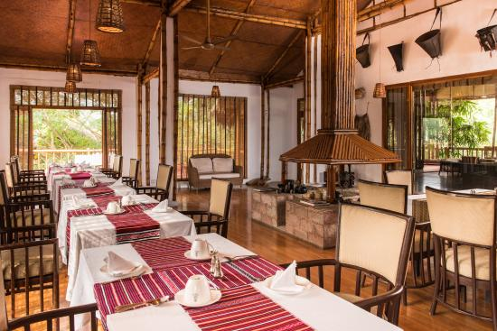 Diphlu River Lodge: Dining area - adorned with tribal artifacts and handicrafts