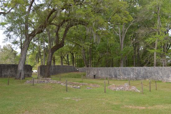 Summerville, SC: The tabby walls and large old trees