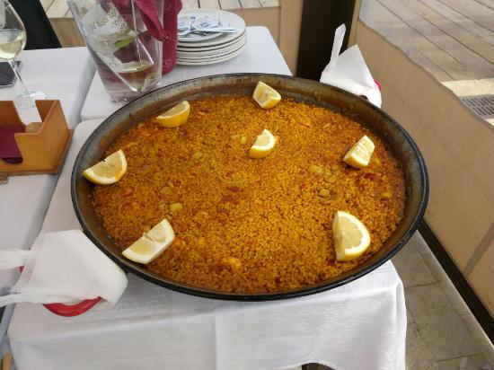 Un buen plato de arroz mirando el mar