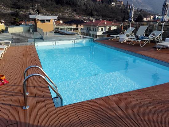 Piscina sul terrazzo - Foto di Gardabike Residence, Torbole ...
