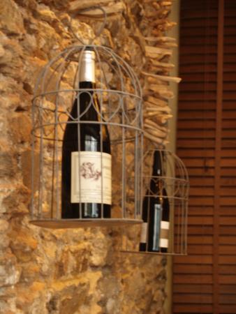 Deco Mur En Pierre déco, mur en pierre et bouteilles suspendus - picture of au plaisir