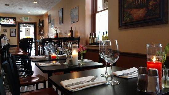 The Corner Bistro and Wine Bar : Very pretty and cozy dining room.
