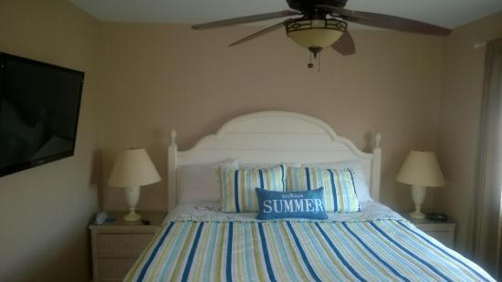 Sandpeddler Inn & Suites: 301 King bedroom