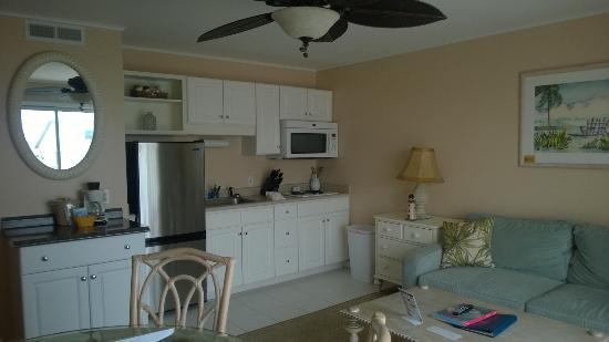 Sandpeddler Inn & Suites: Kitchenette with large refrigerator