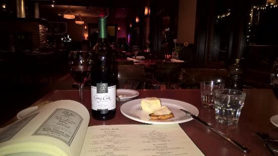 Salt Spring Inn Restaurant: Cozy, casual, comfortable dining environment.