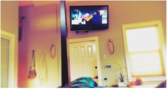 Joseph, Орегон: View of the large flat screen TV from King bed in Mirror Lake Suite.