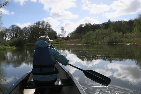 Вроксхам, UK: Paddling down the River Bure towards Wroxham.