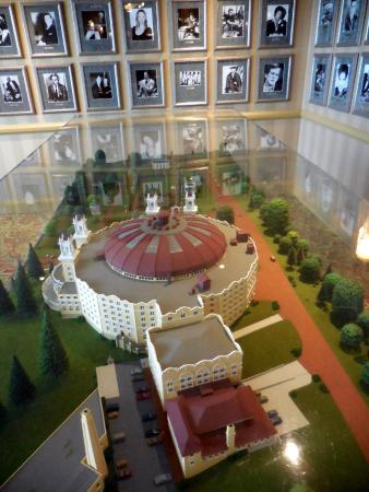 French Lick Springs Hotel: Photos of guests and scale model of West Bayden