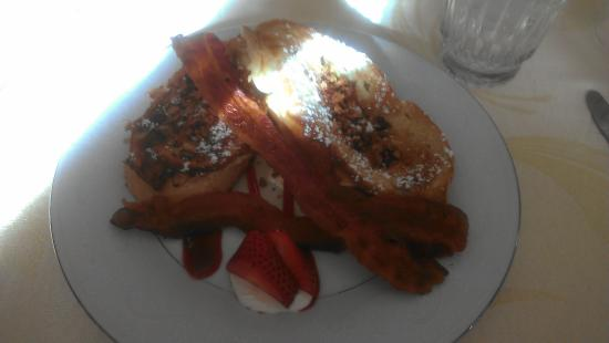 Abilene's Victorian Inn Bed & Breakfast: Breakfast. French toast, baked bacon, strawberries and cream