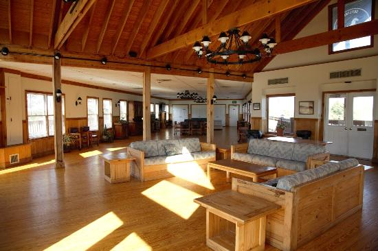 ฟรอนต์รอยัล, เวอร์จิเนีย: Upstairs of Clubhouse and seating in front of fireplace