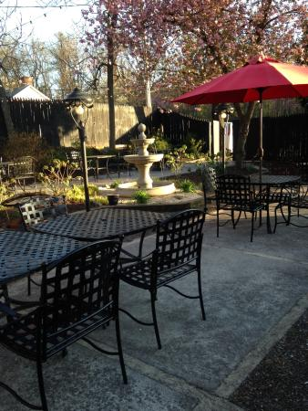 Front Royal, VA: Water fountain, table and chairs for outside dining