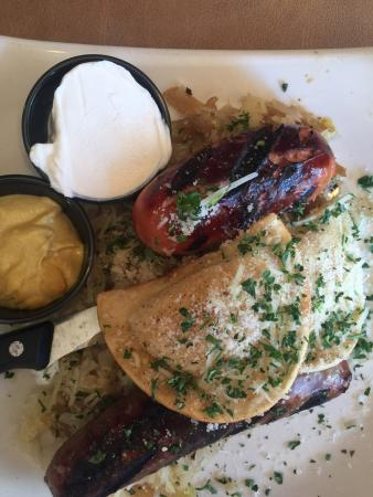 Weedsport, État de New York : Sausage sampler appetizer with sauerkraut sour cream mustard