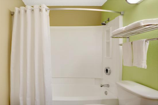 Super 8 Chesapeake : Bathroom