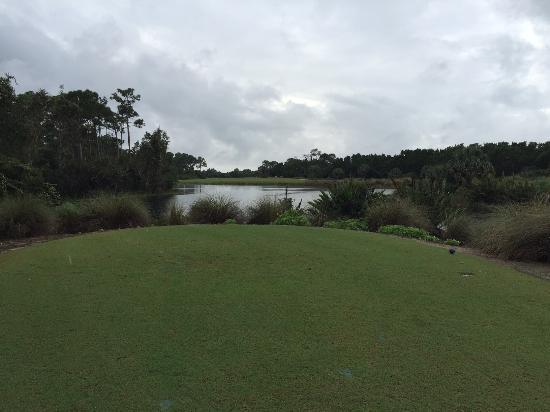 Raptor Bay Golf Club: Langer Abschlag über Wasser