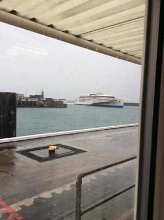 Islas Anglonormandas, UK: Condor Liberation arriving at Guernsey Port in the rain
