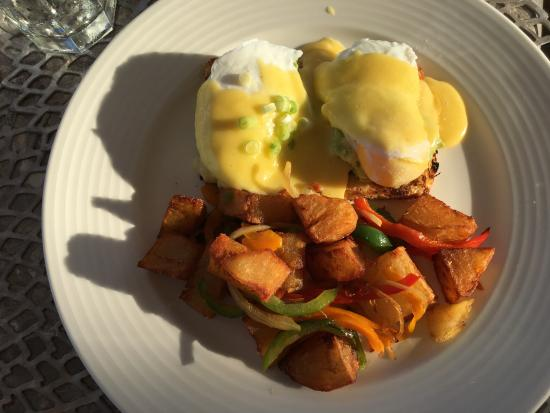Alexandra Resort: Asu- breakfast of avocado with poached eggs and hollandaise sauce and home fries.