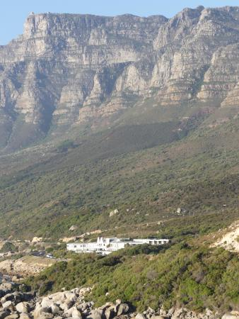 Camps Bay, Νότια Αφρική: View of the hotel sitting against the back of Table Mountain