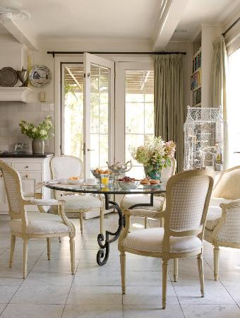 Hidden Valley Bed & Breakfast: dining area in kitchen