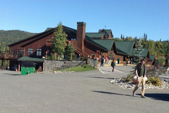 Trapper Creek, AK: The beautiful hotel and grounds