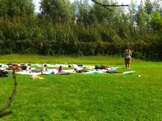 Agriturismo Sentiero Valtellina : Yoga sul prato!