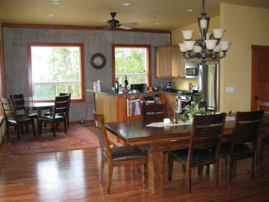 Owlhead Creek Bed &Breakfast: Kitchen and Dining Area