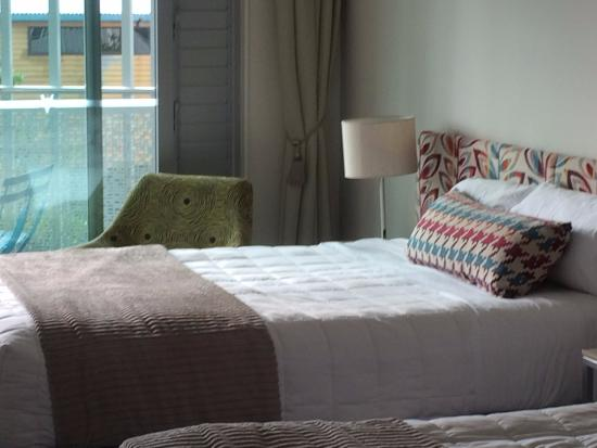 Navigate Seaside Hotel & Apartments: The room decor is simple fresh and effective.
