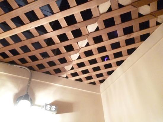 East Village Suites : Oben vergitterte Schlafbox um Einsteigen vom Nachbarn zu verhindern